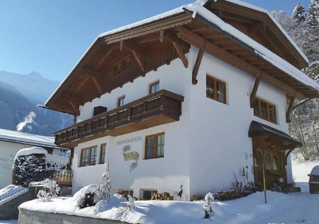 Haus am Berg im Winter
