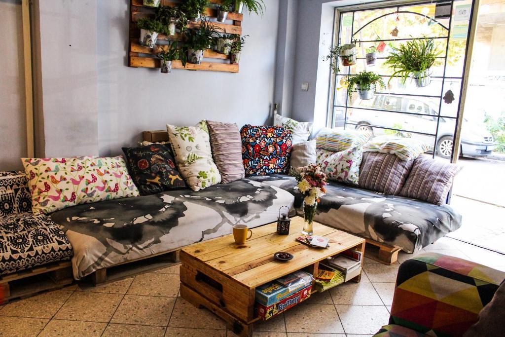 A seating area at Moreto & Caffeto Hostel
