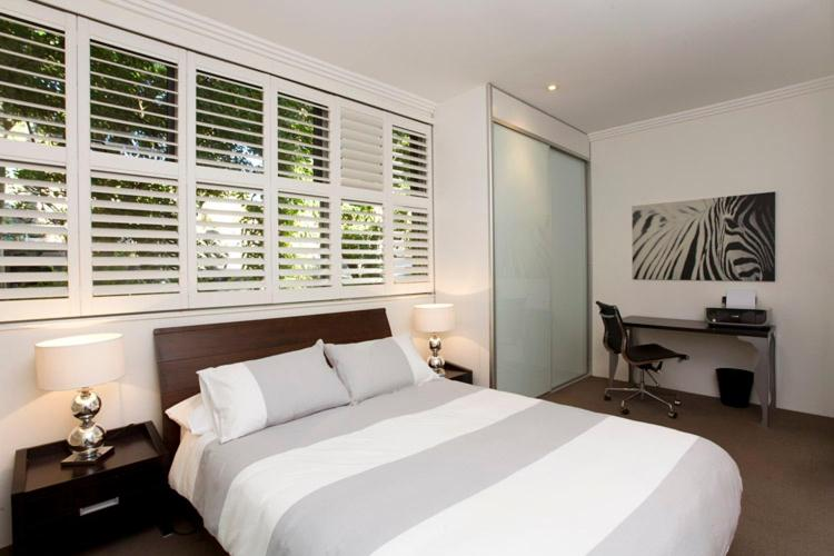 A bed or beds in a room at Two Bedroom Apartment Wigram Road(GLE20)