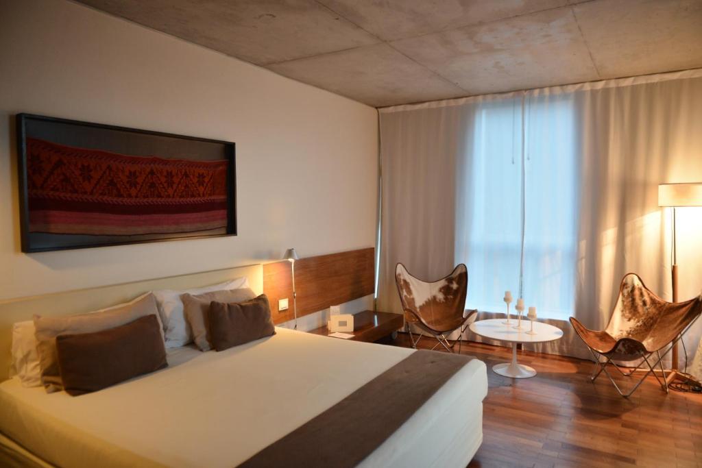 Una cama o camas en una habitación de Design Suites Salta