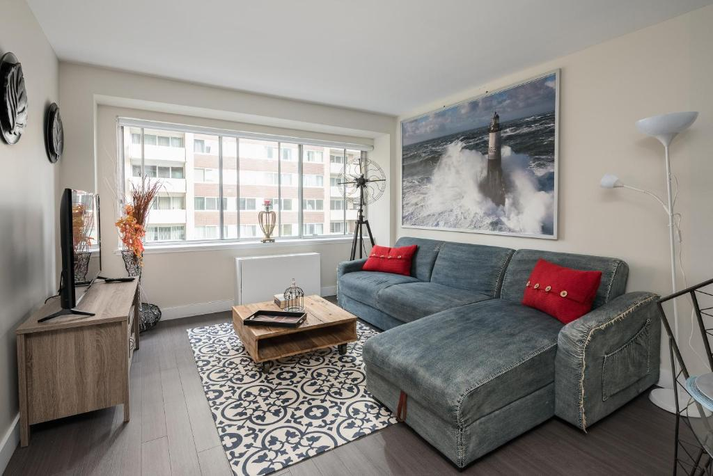 A seating area at New 2 Bedroom Condo Downtown Montreal