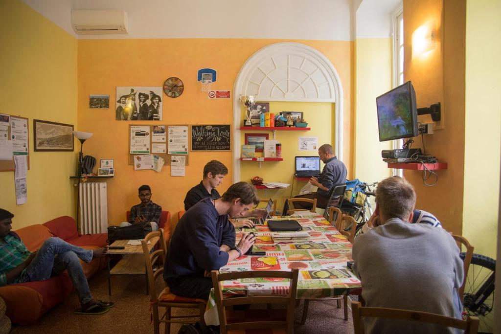 A restaurant or other place to eat at Manena Hostel Genova