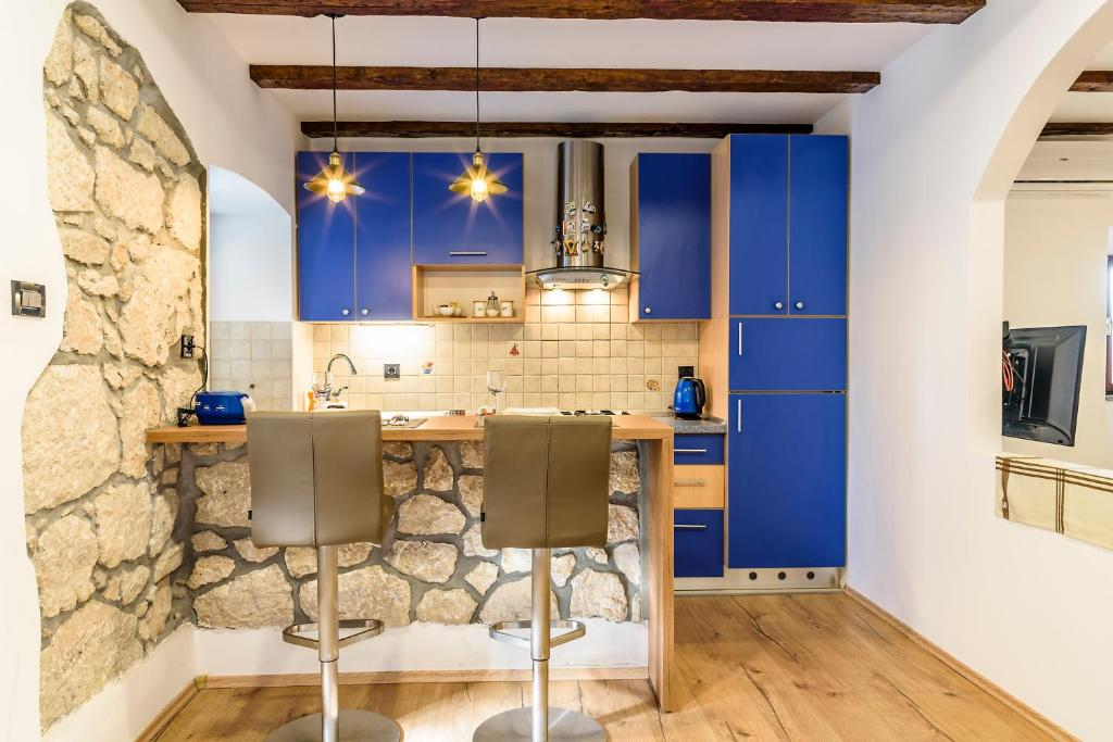 A kitchen or kitchenette at Apartments Musicology Studio-25