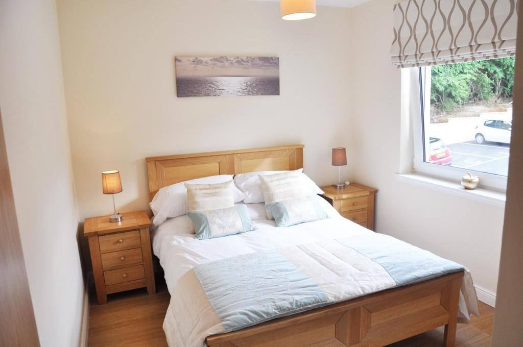 A bed or beds in a room at Zinn Apartments - The Royals