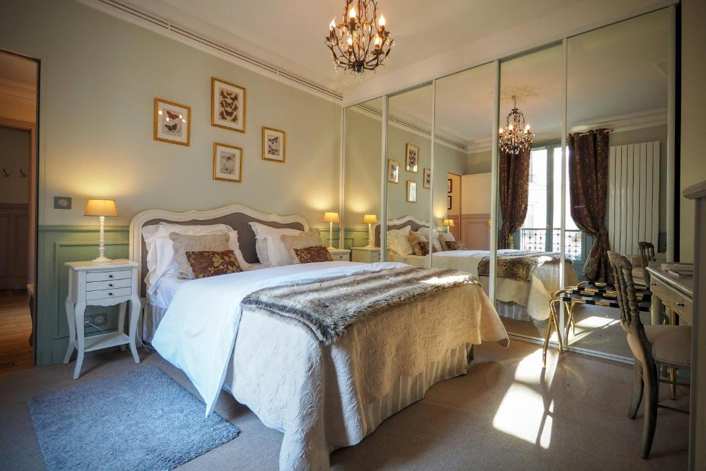 A bed or beds in a room at Chambre d hôte : Louvre Elegant Apt Suite