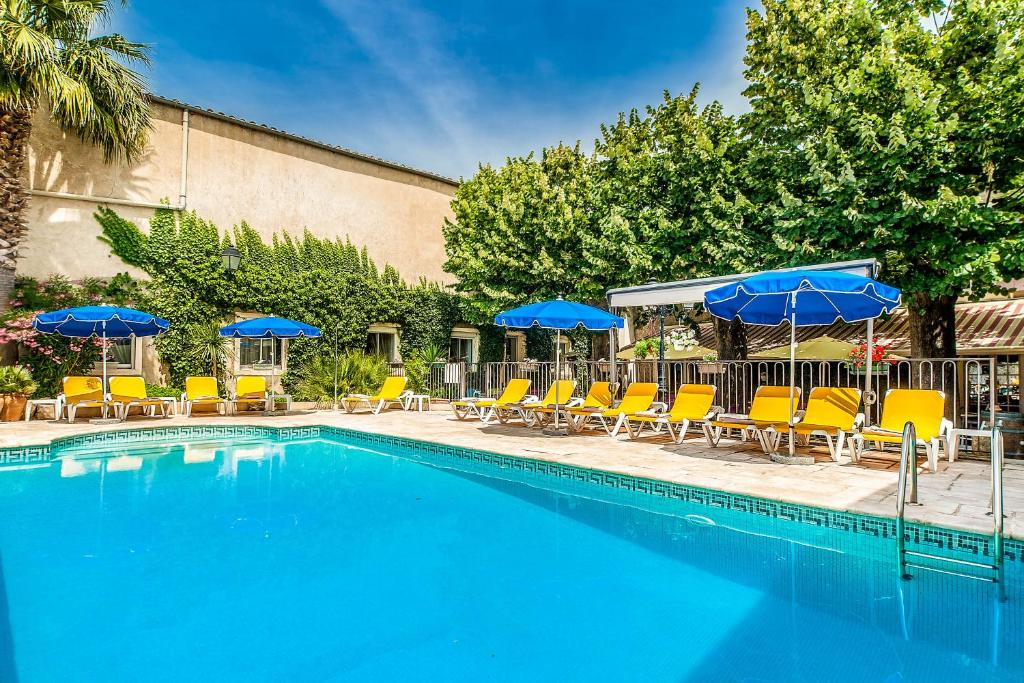 The swimming pool at or near Hôtel Restaurant Résidence