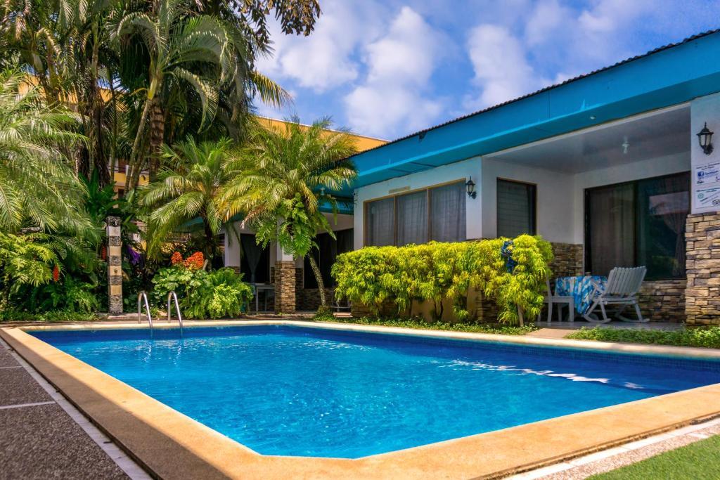 בריכת השחייה שנמצאת ב-Izus Place Complex או באזור