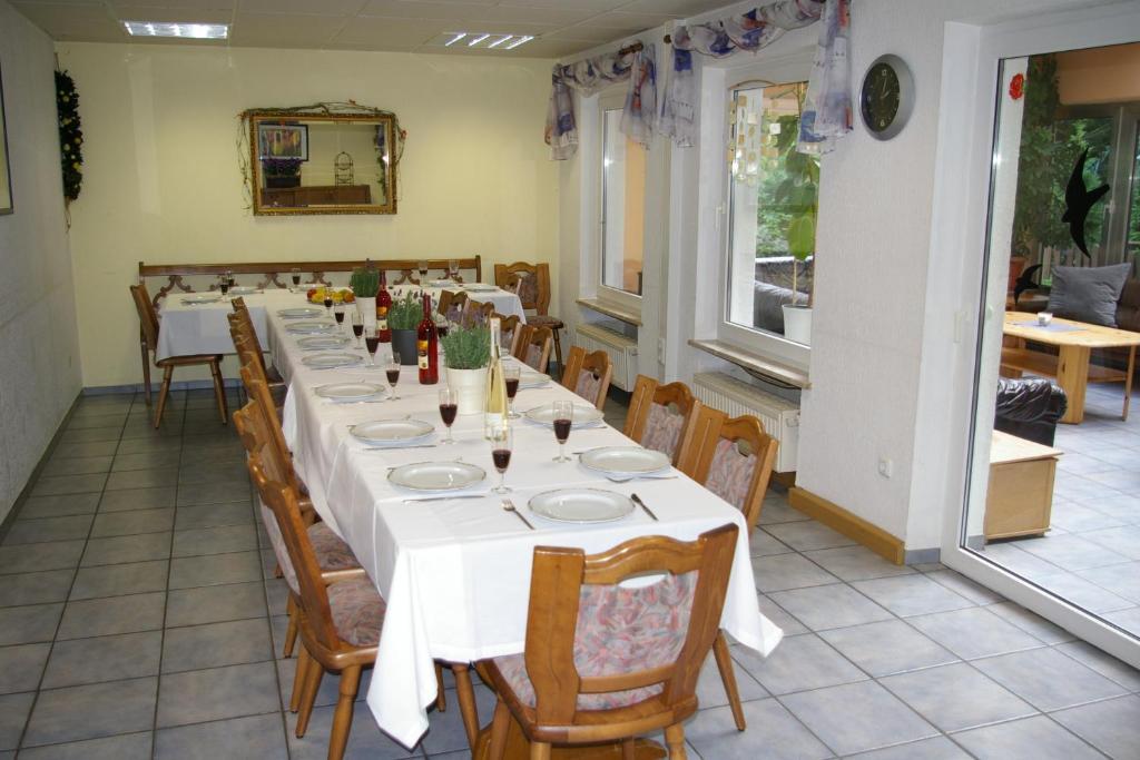 Een restaurant of ander eetgelegenheid bij Ferienhaus Waldrand