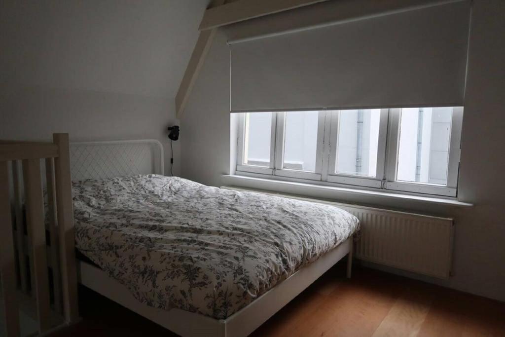 Letto o letti in una camera di Authentic historical City Loft Next To Dam Square