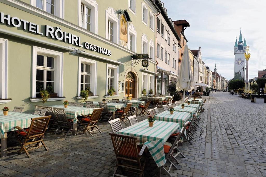 A restaurant or other place to eat at Hotel & Gasthaus DAS RÖHRL Straubing