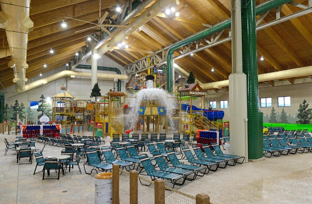 A restaurant or other place to eat at Great Wolf Lodge Colorado Springs