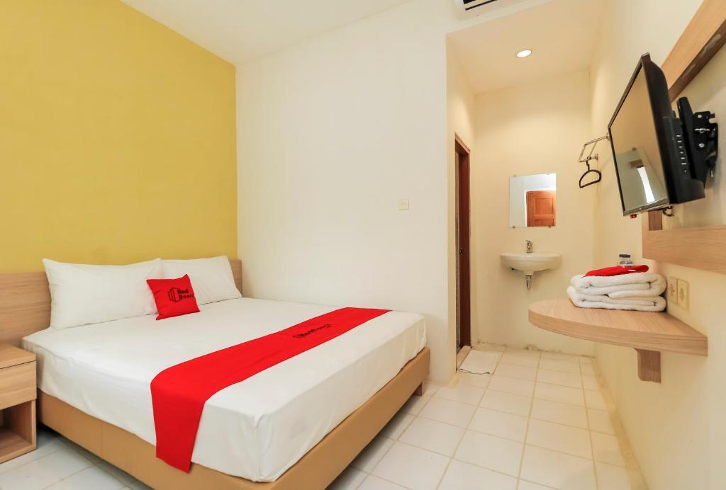 Ένα ή περισσότερα κρεβάτια σε δωμάτιο στο RedDoorz Plus @ Slamet Riyadi