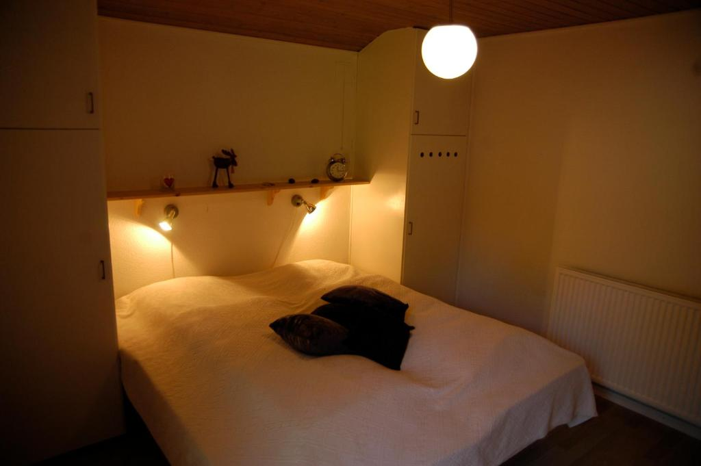 A bed or beds in a room at Nymindegab Overnatning