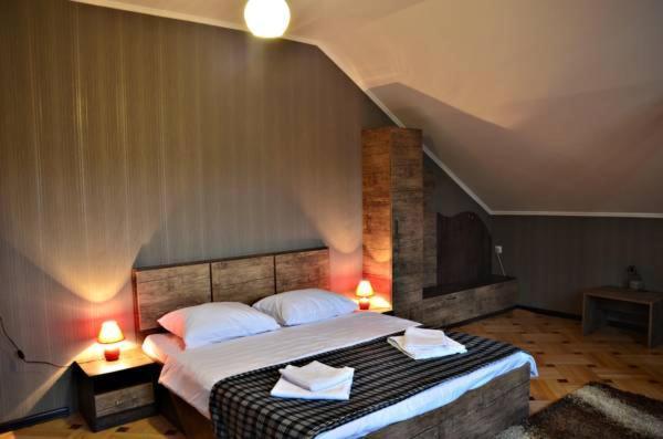 Hotel Old Villa Metekhi tesisinde bir odada yatak veya yataklar