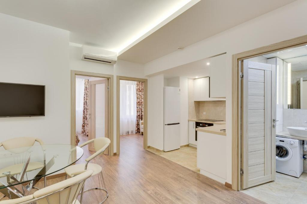 A television and/or entertainment centre at Modern Moscow Comfortable Apartment