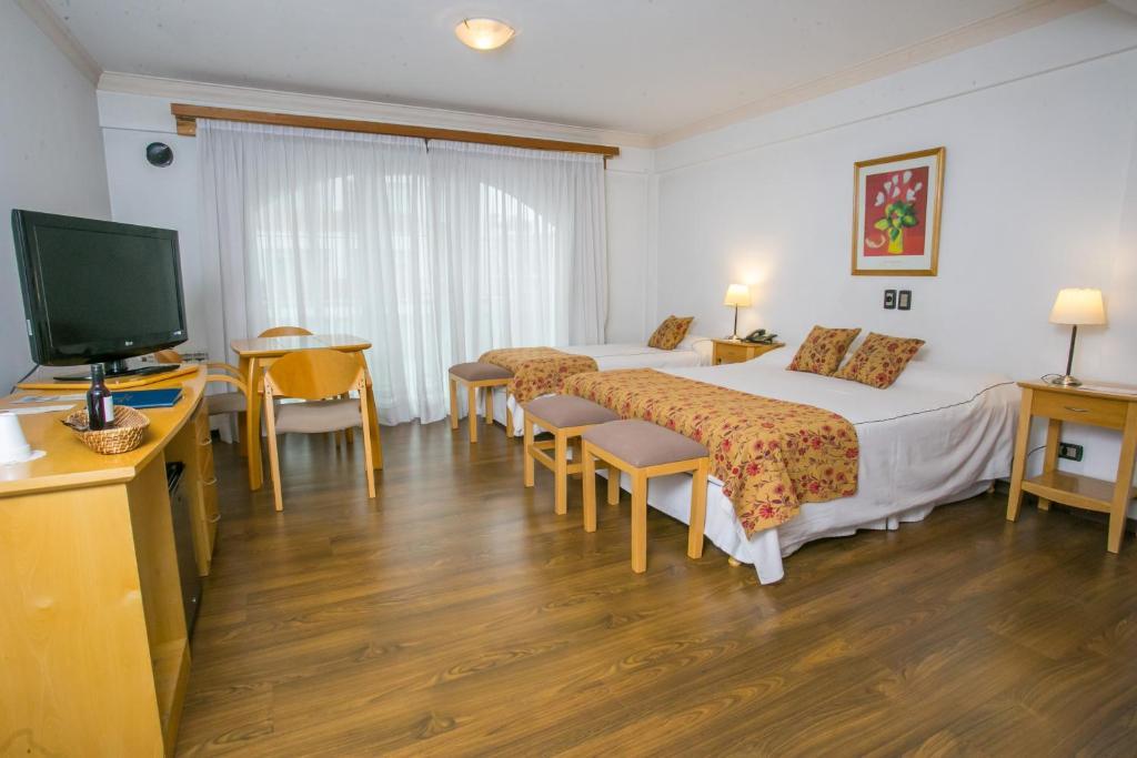Una televisión o centro de entretenimiento en Hotel Ayres Del Nahuel