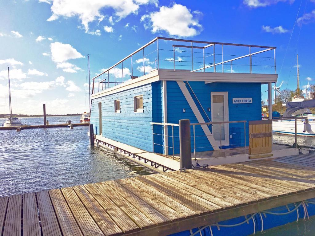 Der Swimmingpool an oder in der Nähe von Ferienhaus auf dem Wasser - Hausboot Antje Frieda