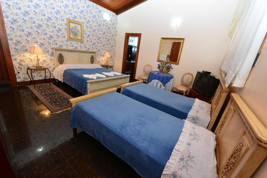 A bed or beds in a room at Pousada Europa SOMENTE na Suite Familia Ingresso Lagoa Quente Parque incluso