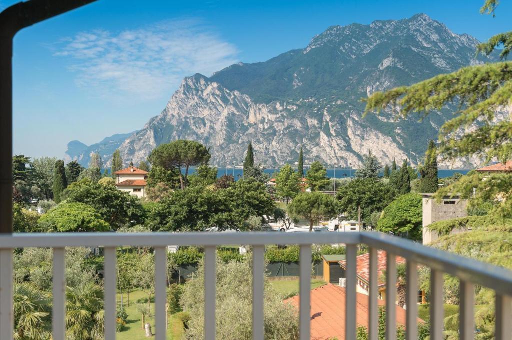 Vista generica sulle montagne o vista sulle montagne dall'interno dell'hotel