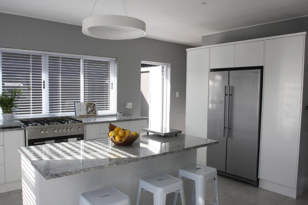 A kitchen or kitchenette at The Black Oystercatcher
