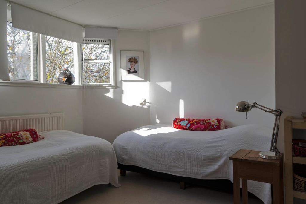 A bed or beds in a room at Frida Badoux B&B