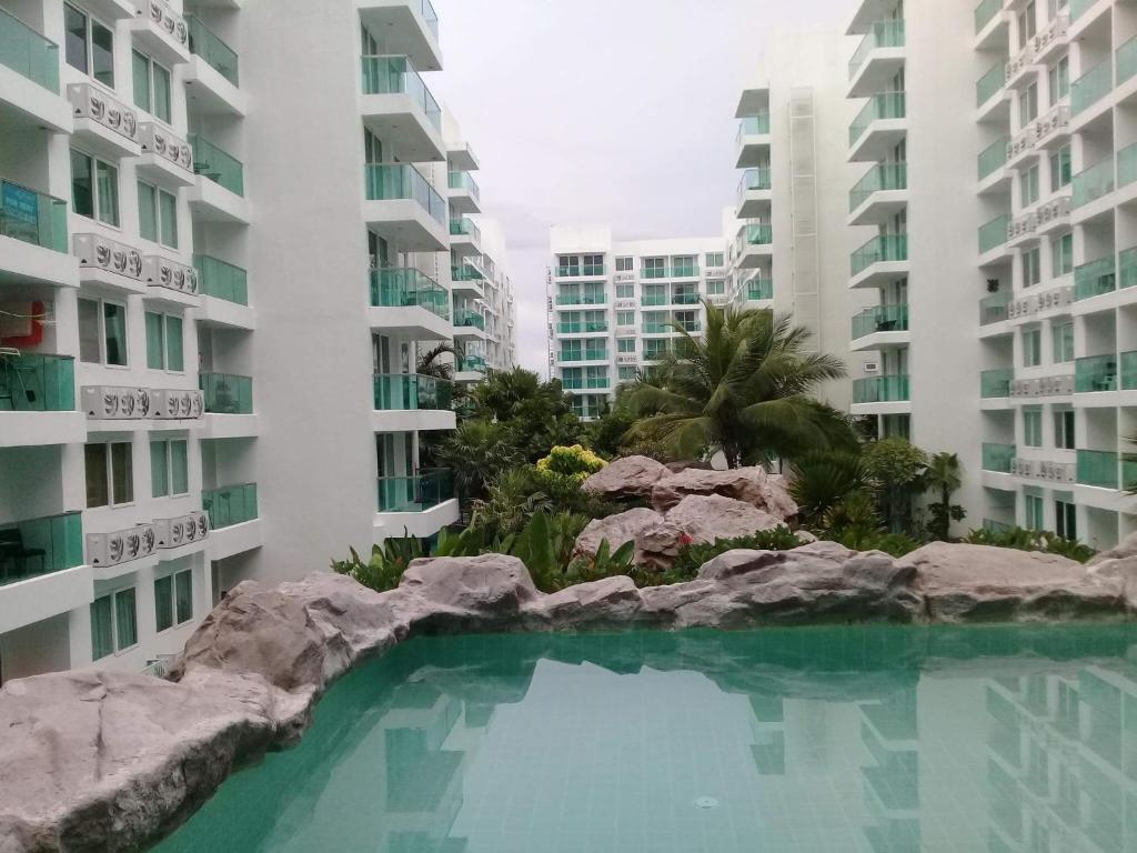 The swimming pool at or near Amazon Residence Condo by Wannapa