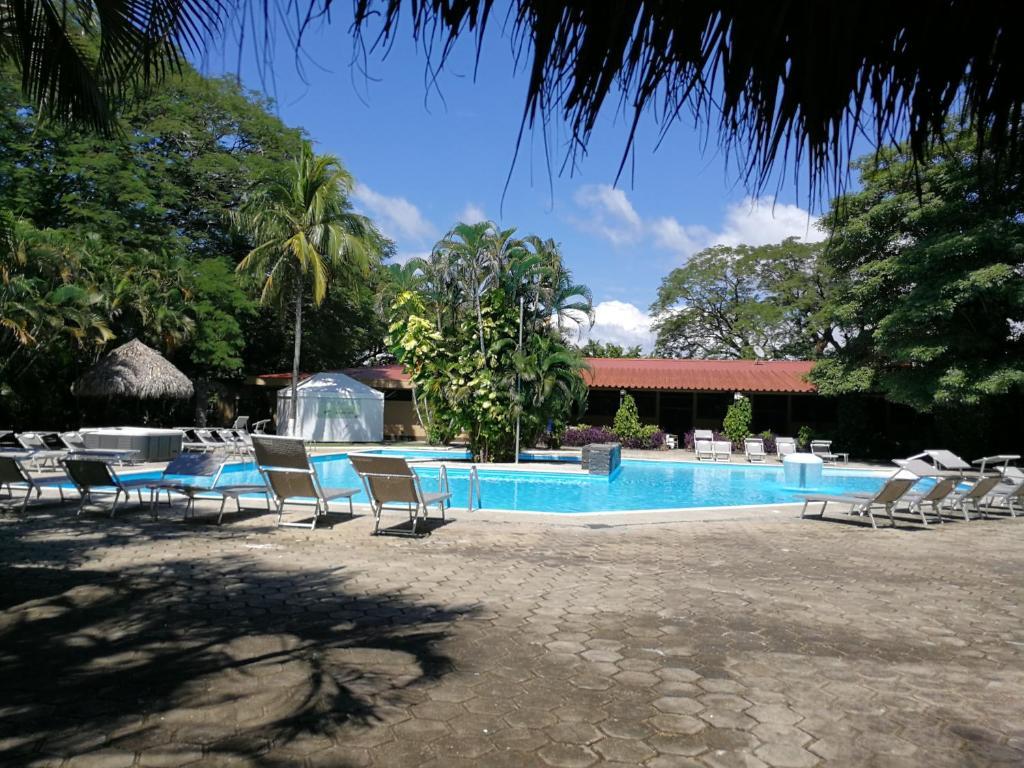 בריכת השחייה שנמצאת ב-Best Western El Sitio Hotel & Casino או באזור