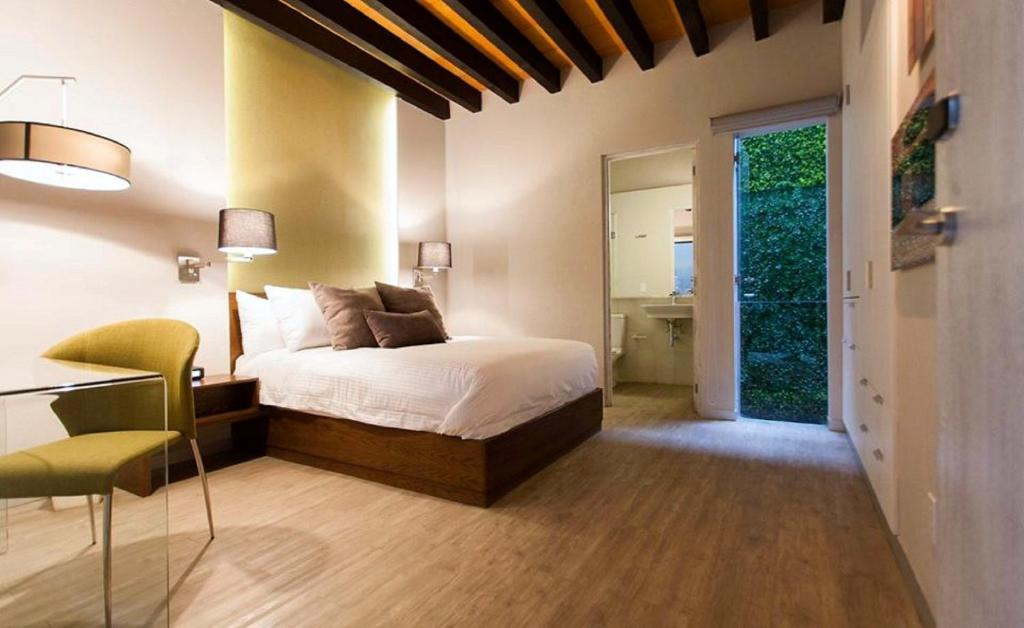 A bed or beds in a room at Othelo Boutique Hotel Mexico