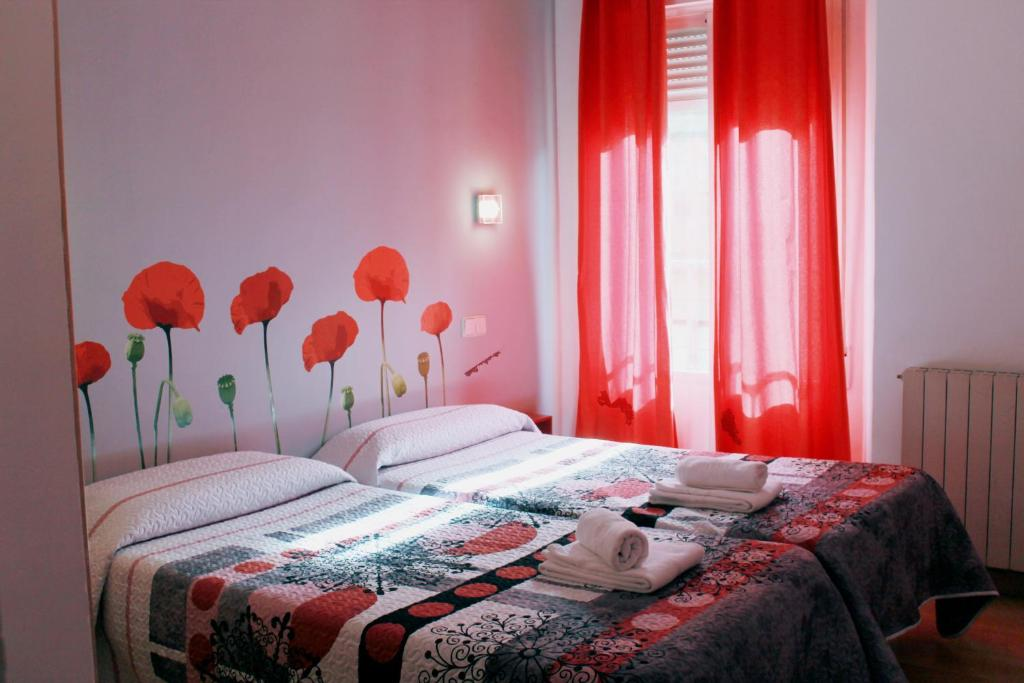 A bed or beds in a room at Hostal Inter Plaza Mayor