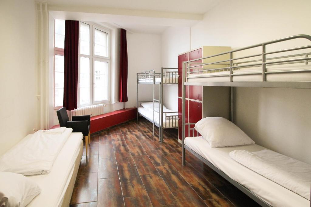 Lliteres en una habitació de Metropol Hostel Berlin
