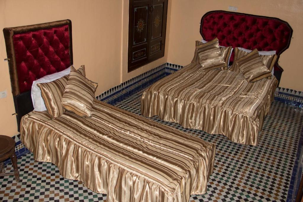 Ein Bett oder Betten in einem Zimmer der Unterkunft Dar El Karaweine