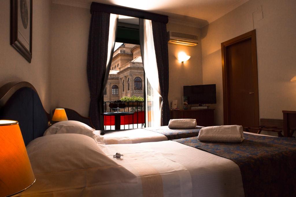 سرير أو أسرّة في غرفة في Massimo Plaza Hotel