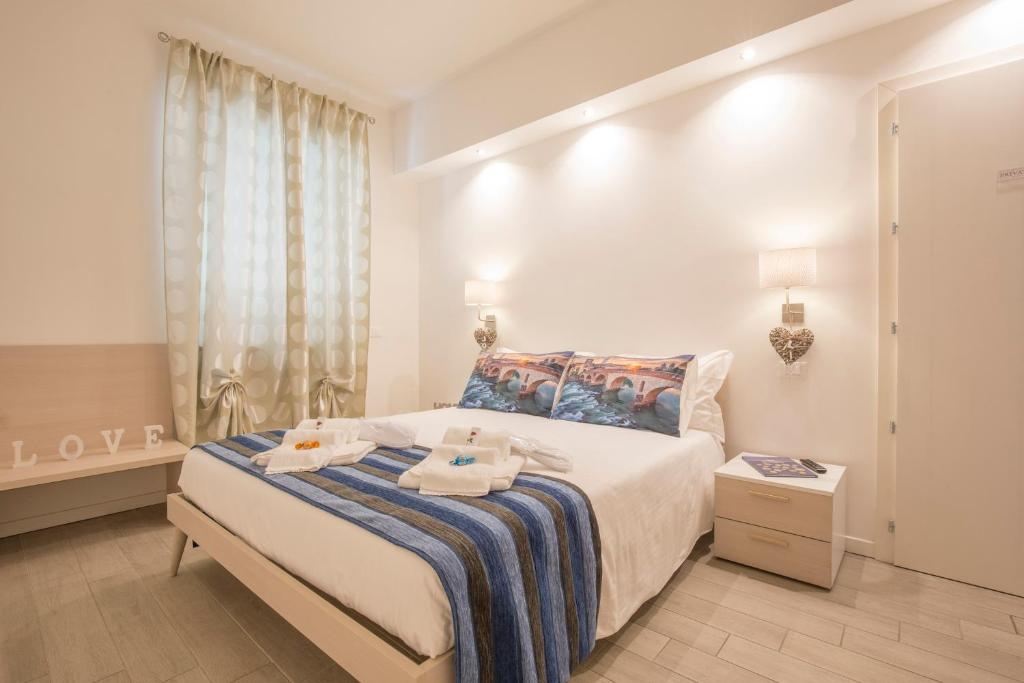 A bed or beds in a room at Le Mura di Romeo