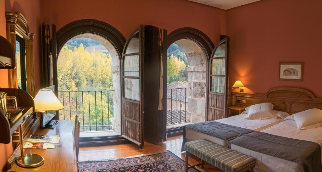 Een bed of bedden in een kamer bij Hostería del Monasterio de San Millan