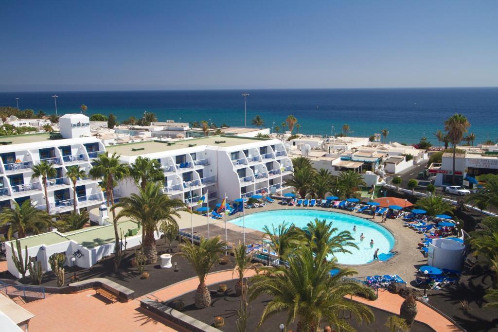 Uitzicht op het zwembad bij Ereza Apartamentos Los Hibiscos of in de buurt