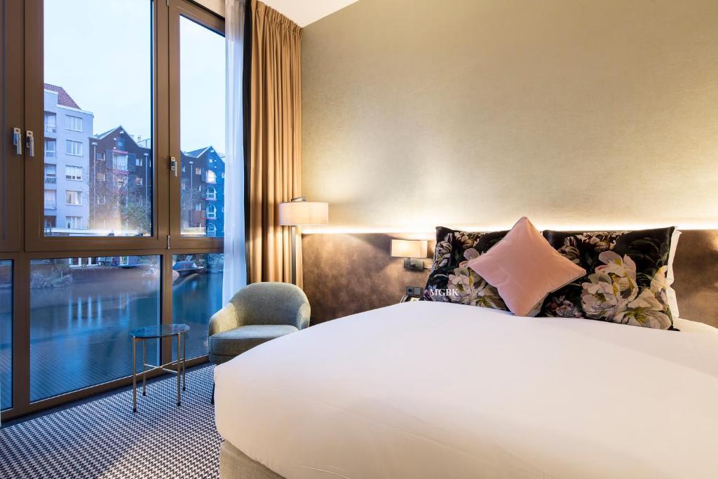 Een bed of bedden in een kamer bij Monet Garden Hotel Amsterdam