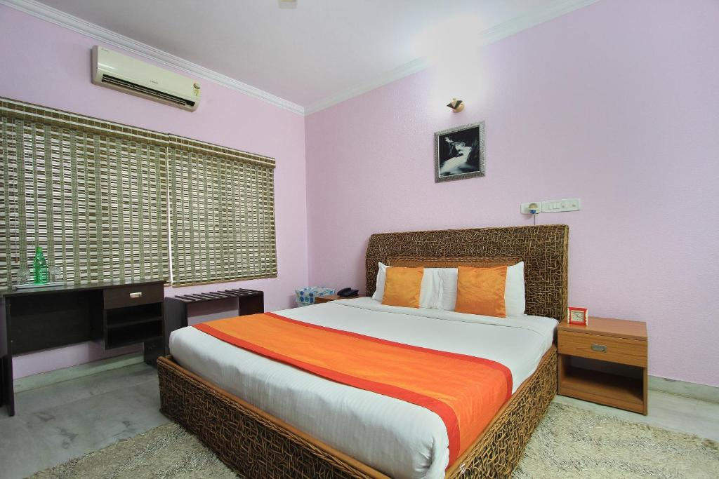 A bed or beds in a room at OYO 10022 Hotel Oak Castle