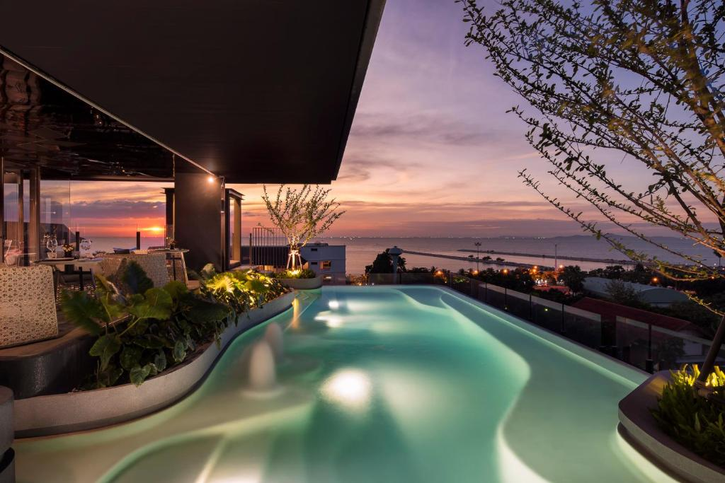 The swimming pool at or close to X2 Vibe Pattaya Seaphere Residence