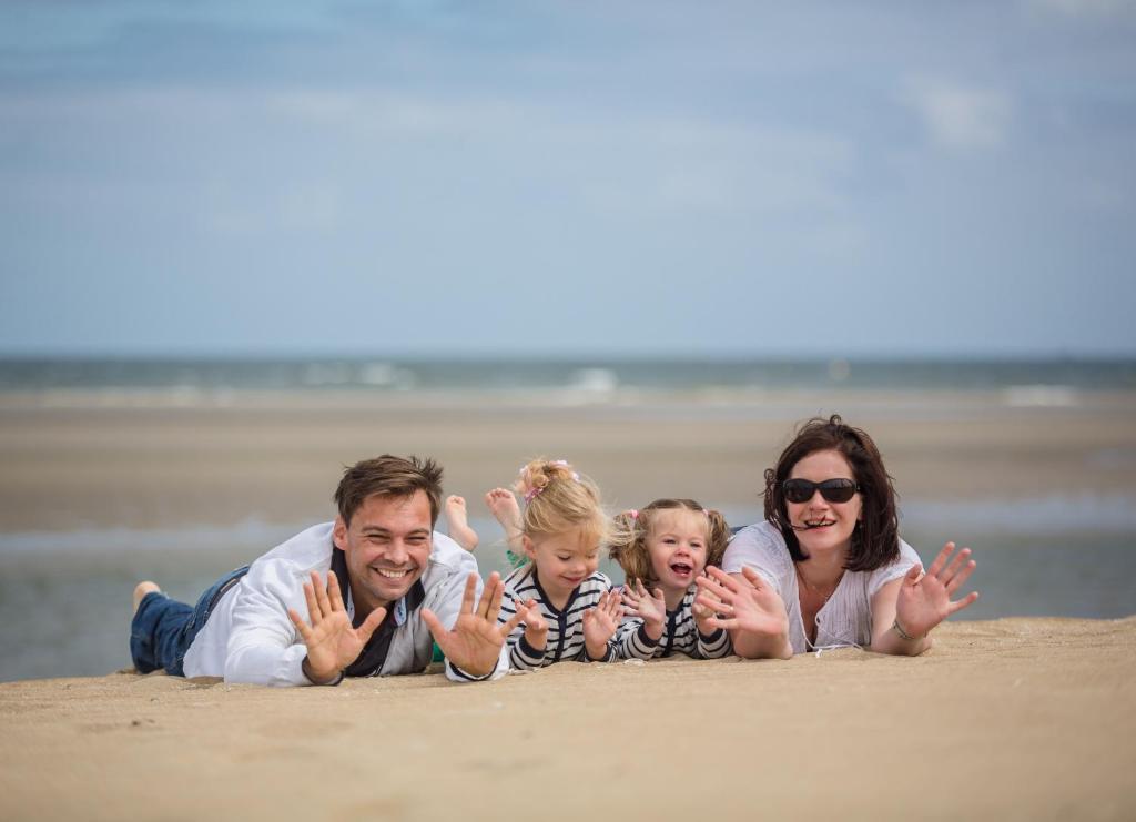 A family staying at Roompot Kijkduinpark