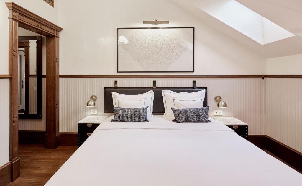Callas House tesisinde bir odada yatak veya yataklar