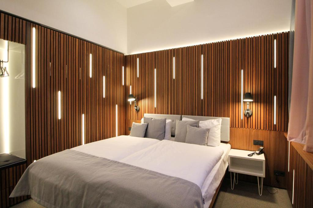 A bed or beds in a room at H24 Berlin Lichtenberg