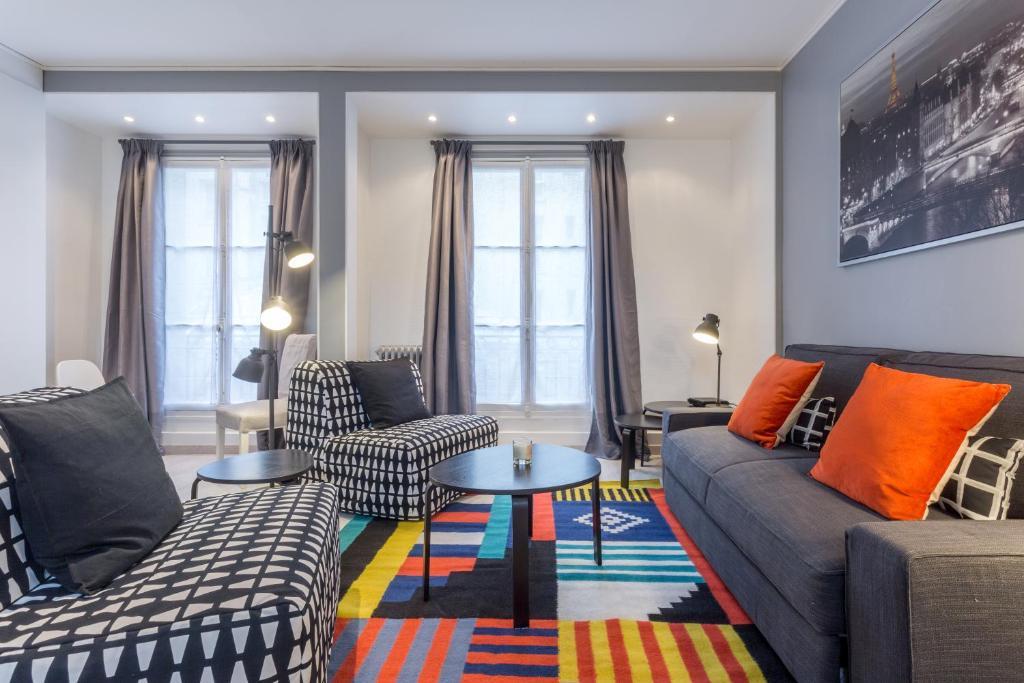 Ein Sitzbereich in der Unterkunft Grand Appartement proche Tour Eiffel