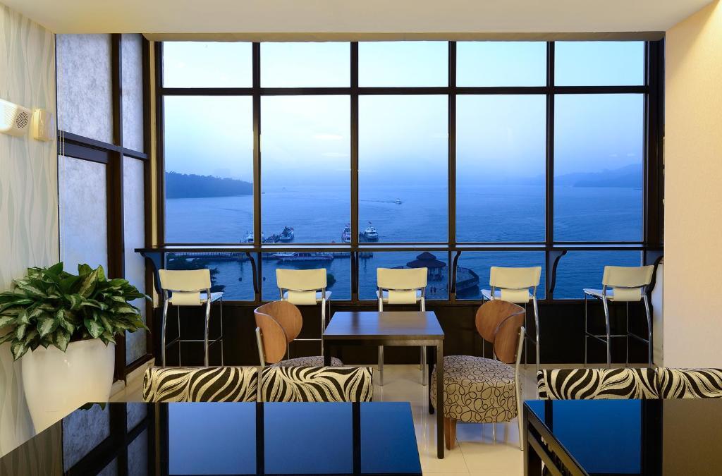 湖悅景觀旅店餐廳或用餐的地方
