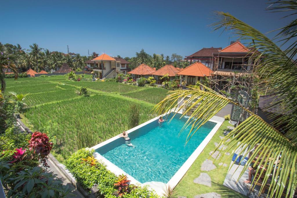 Uma vista da piscina em Puji Hostel Ubud ou nos arredores