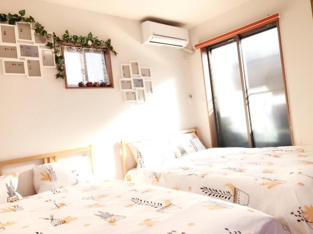 เตียงในห้องที่ Sunny House