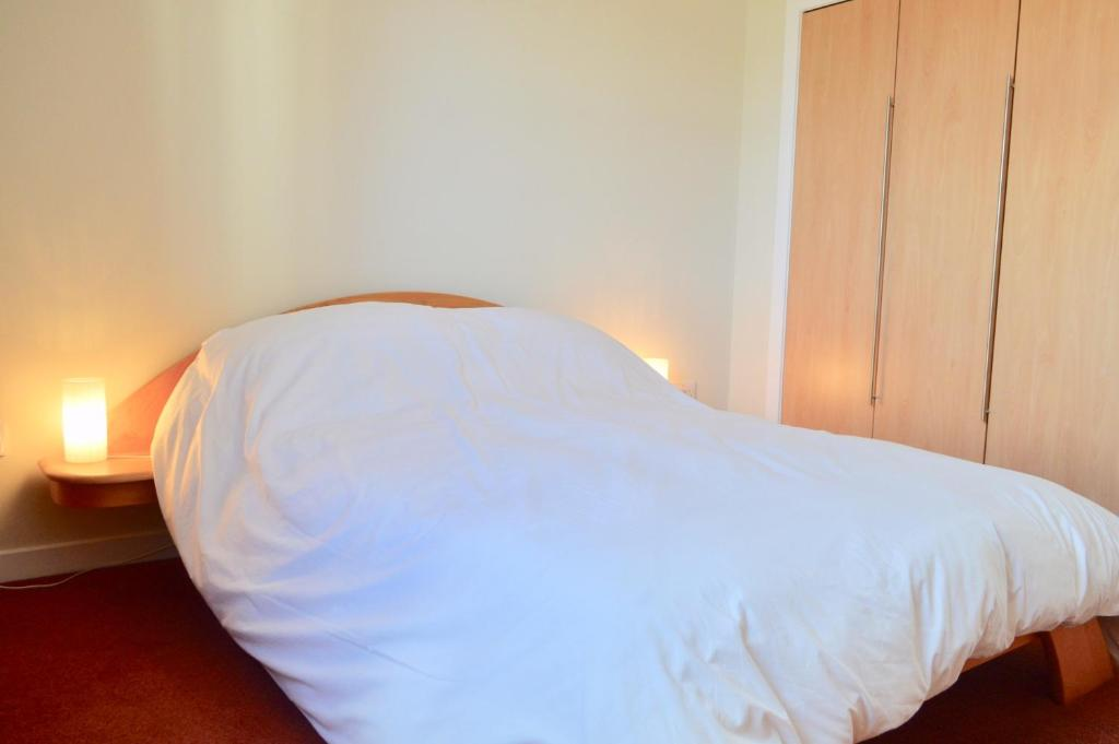 A bed or beds in a room at 3 Bedroom Canal-side Apartment Sleeps 6