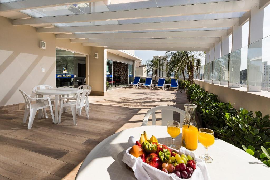 Um restaurante ou outro lugar para comer em Hotel Plaza Camboriú