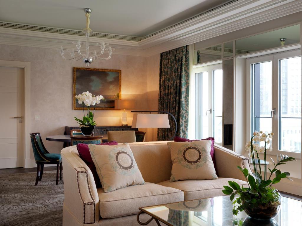 A seating area at Grandhotel Hessischer Hof - Hotel Frankfurt