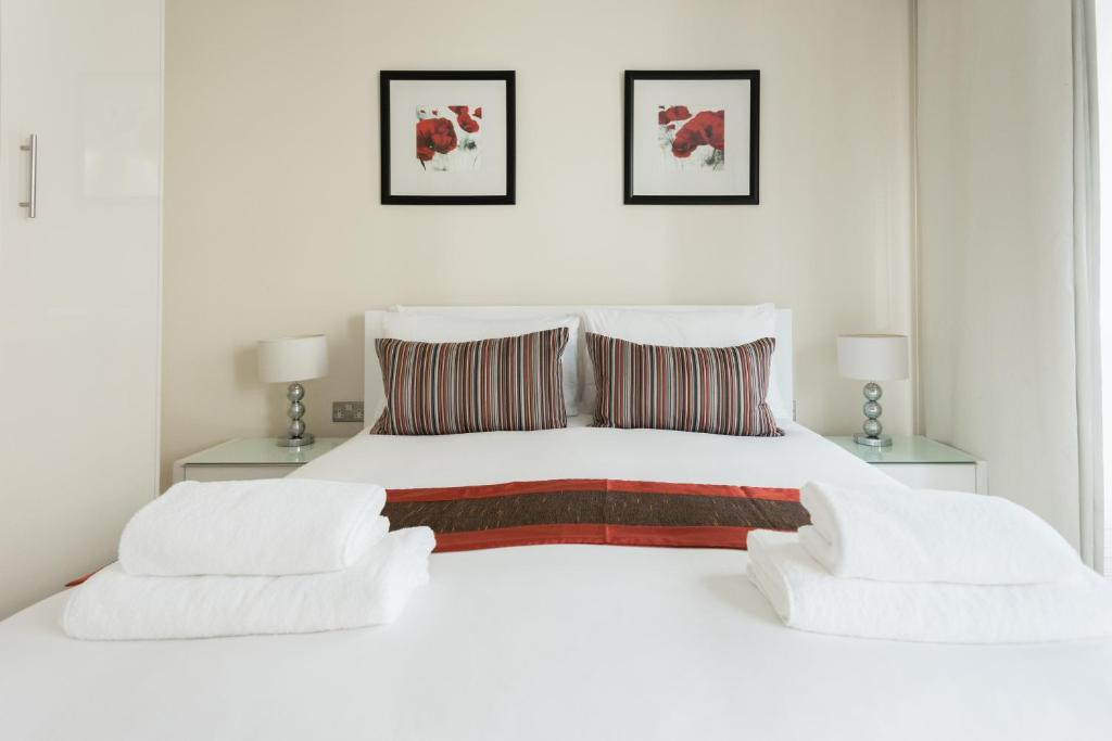 A bed or beds in a room at Cobalt Peach Tree