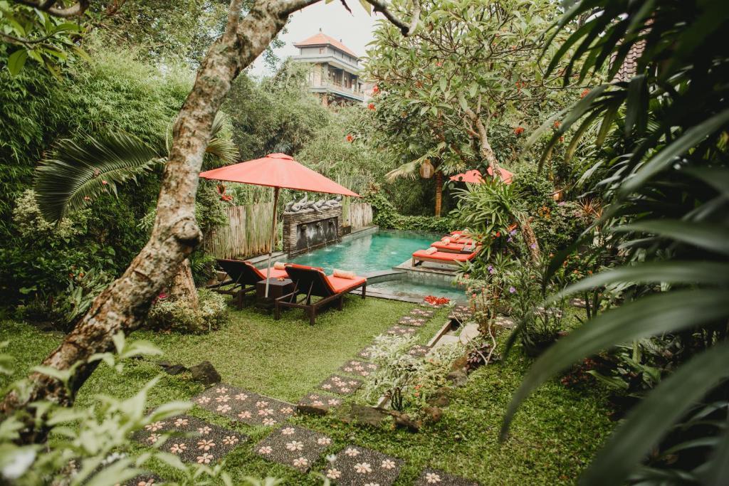 デサク プトゥ プテラ ヒドゥンの敷地内または近くにあるプールの景色